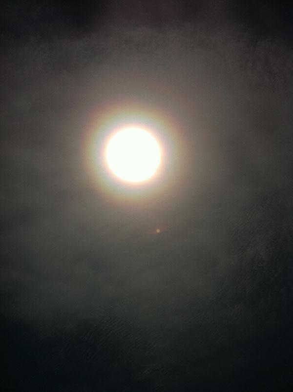 2011年5月9日 まるで、太陽のオーラみたい、 という人がいました。 雲の合間から見えた太陽を 撮りました。