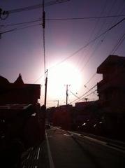 2012年4月28日  夕方雲が晴れたので、 撮ると、太陽がとても大きい!