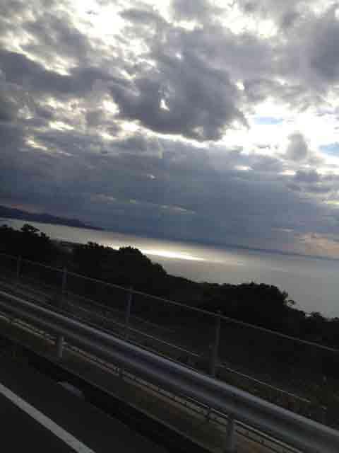 11月2日 雲の合間からピンポイントで太陽が…