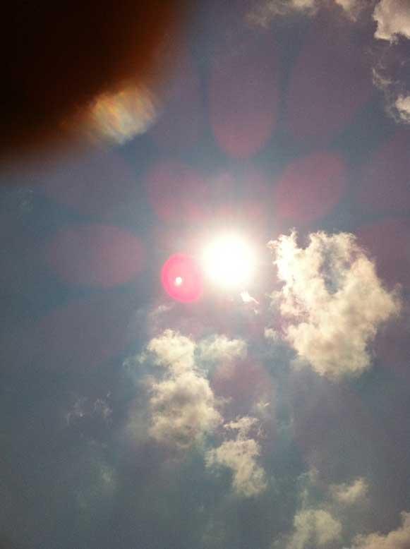 2011年4月24日 ちょっと遊びに行っていて 普通に太陽を撮ったら、 何やら変なものが写っています