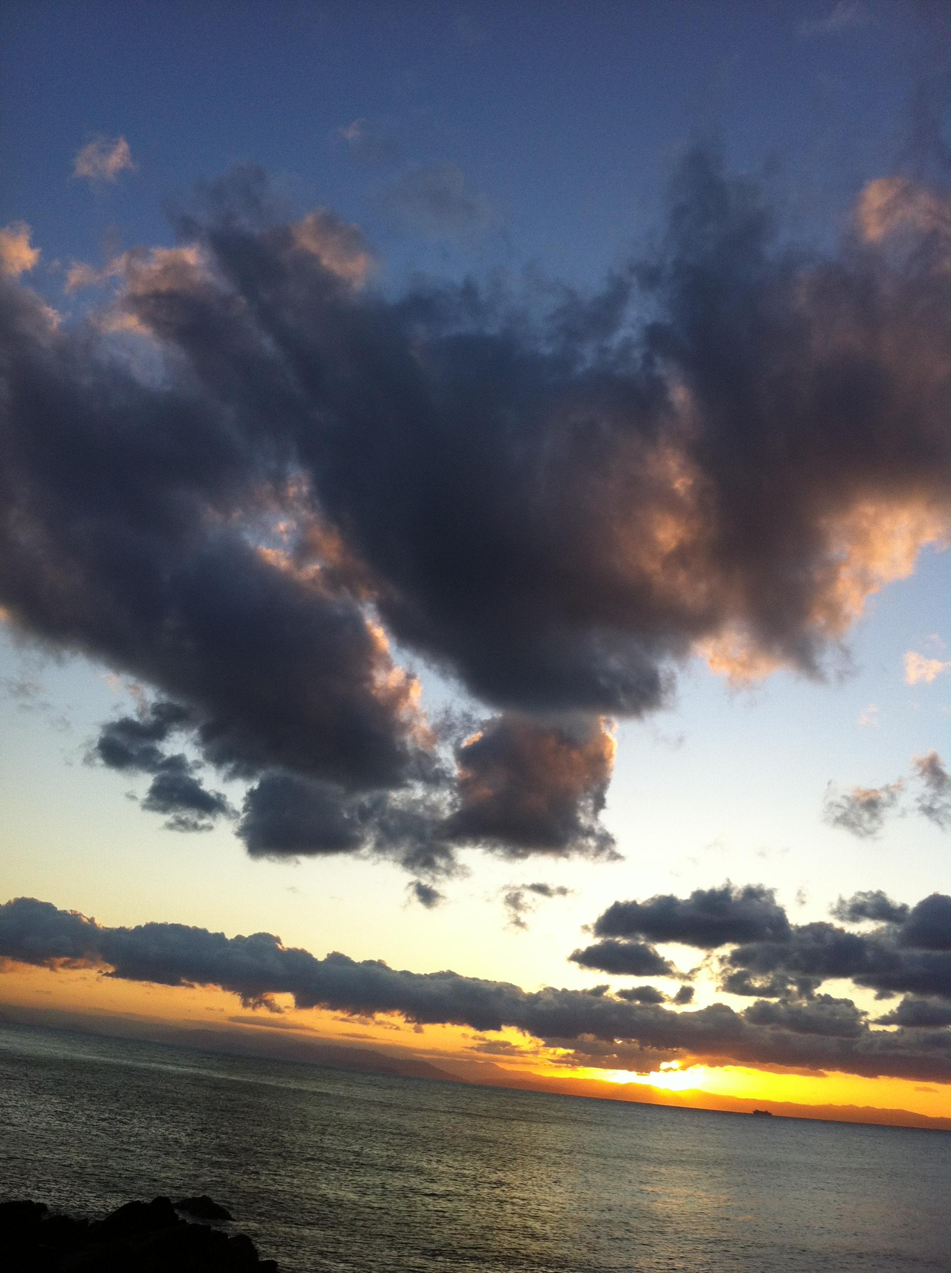 2011年11月22日 周りの雲が地球の陸地に 見えませんか?