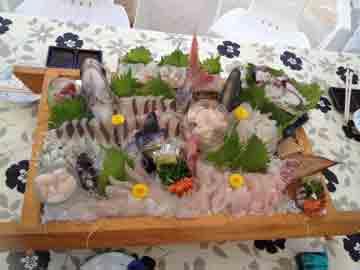ヨットで島に着いて、いよいよランチ!!! 生け造り、美味しそう^^ お刺身で頂いた事が無いお魚も、美味しかった!