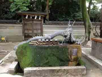 22日近くの神社の手水舎。 なかなか立派な龍ですよね!!! ちなみに、井戸水なので、夏は冷たく 冬暖かい^^ ご近所の方が汲みに来られています^^