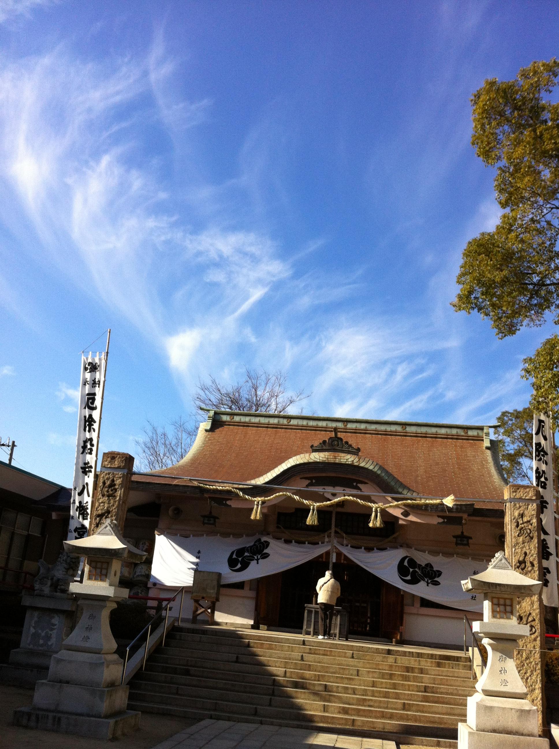 2012年1月  2012年1月6日 参拝のあと、空を見ると、 大きな鳳凰の雲が出ていました。 大きすぎて、一枚には収まりませんでした