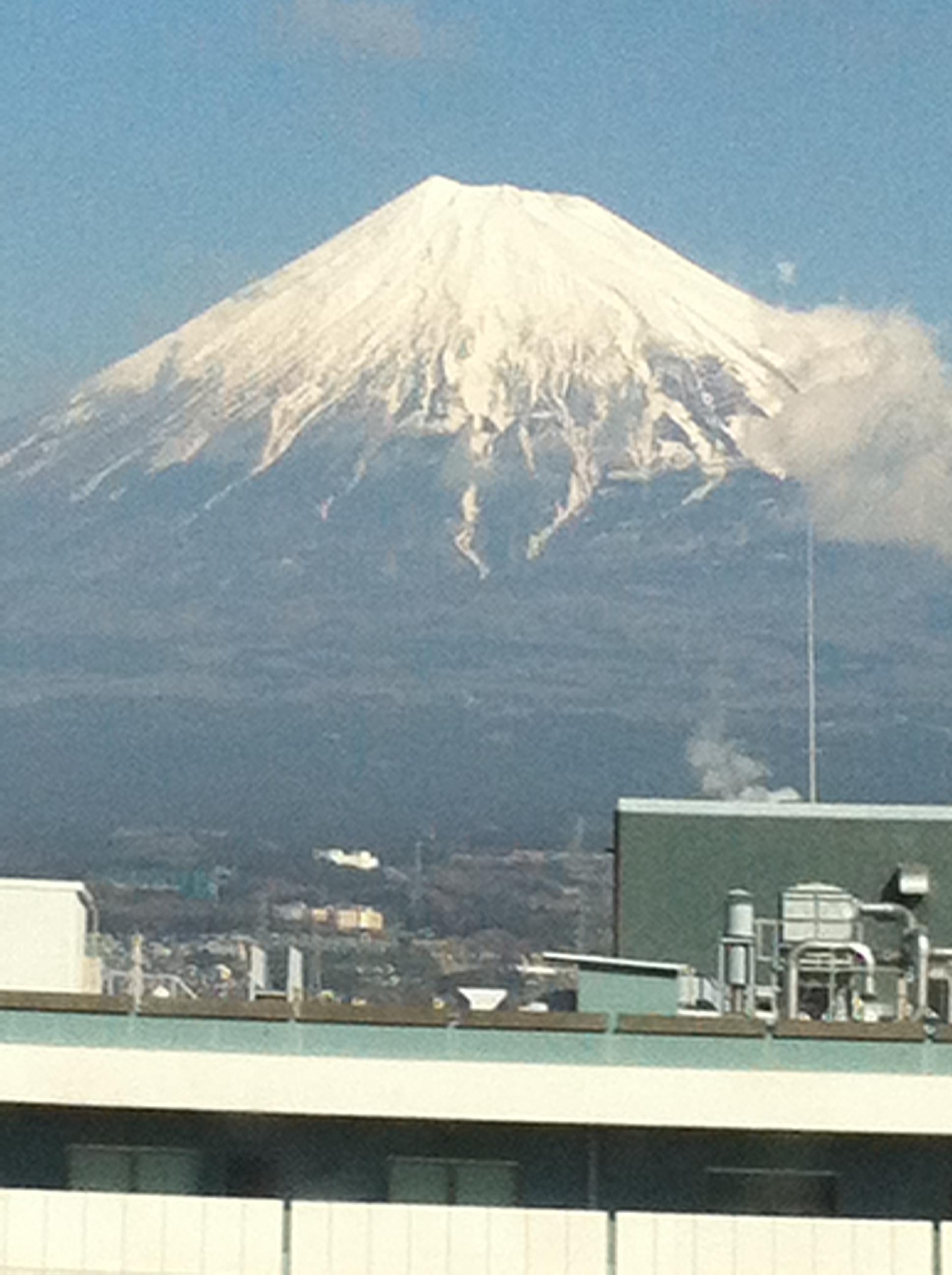 2012年2月12日 東京でセミナーがあったのですが、 新幹線の車中から 富士山を撮りました。